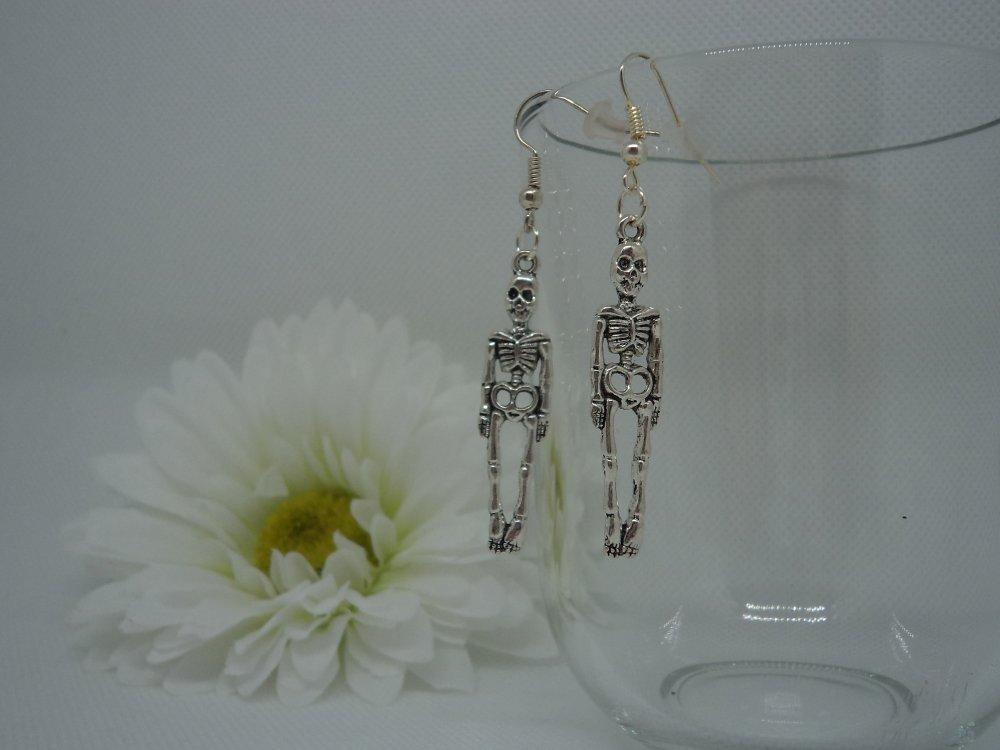longue paire de boucles d'oreilles pendantes au design breloque argentée: squelette complet, accessoire pour Halloween