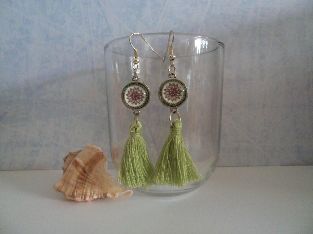 boucles d'oreilles pendantes moderne cabochon et pompon: fleur mosaïque vert pomme, cadeau original et color