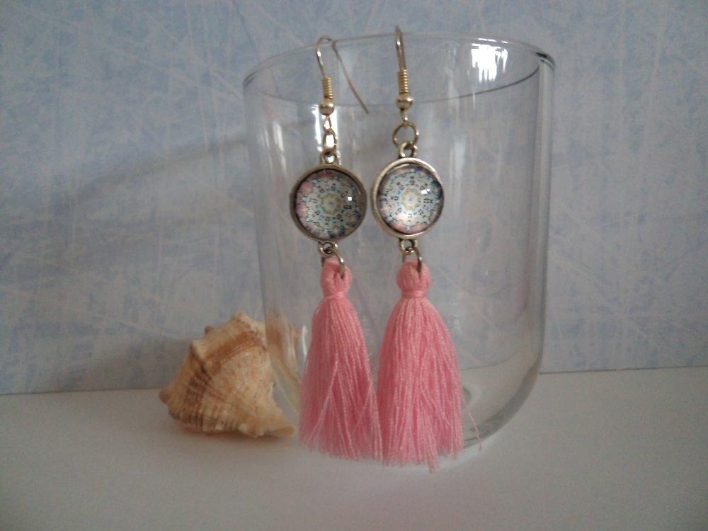 boucles d'oreilles pendantes moderne cabochon et pompon: mosaïque vintage rose pastel, cadeau original coloré