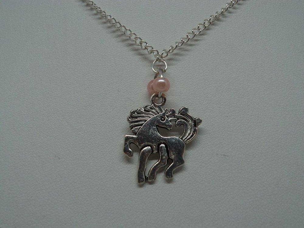 bijou fantaisie collier chaîne maille gourmette et pendentif argenté licorne et perle rose, cadeau d'anniversaire