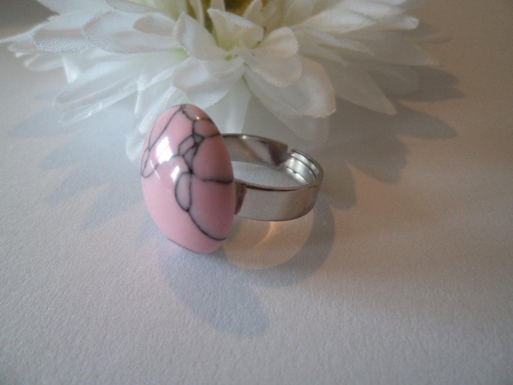 """grosse bague réglable / ajustable,cabochon en résine de 20 mm / 2 cm design """"stone look"""" rose aux fissures noires"""