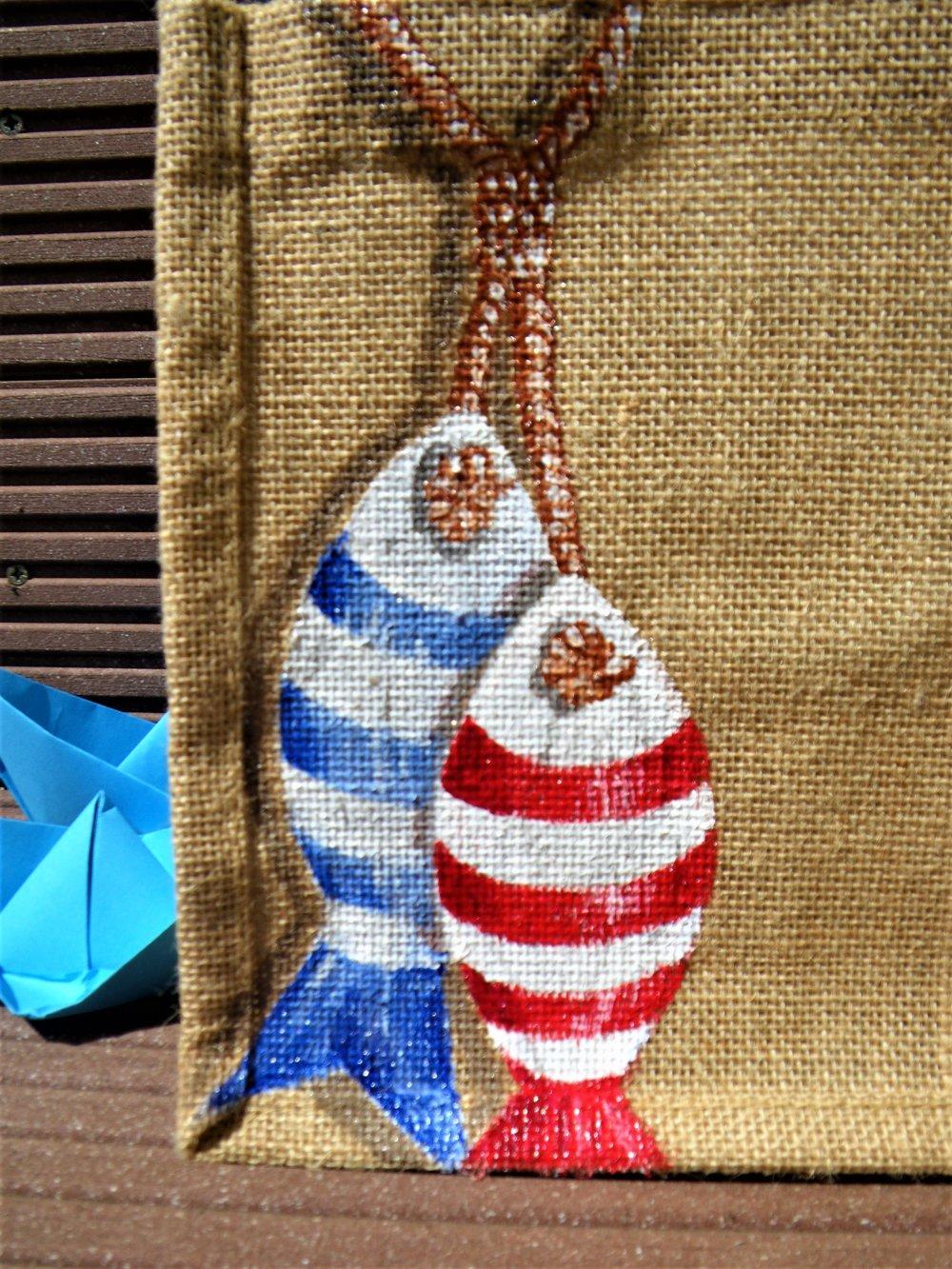 Petit sac en jute avec poissons peints
