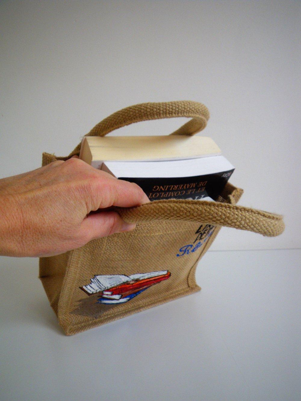 Mini-sac en jute, avec une pile de livres