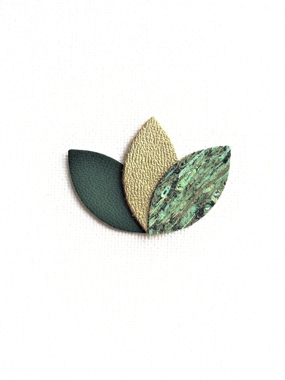 Broche, pétale, en cuir, grand modèle, vert foncé, doré, cuir de paille, plume de paon, mariage, fleur, fantaisie, fait main, mode