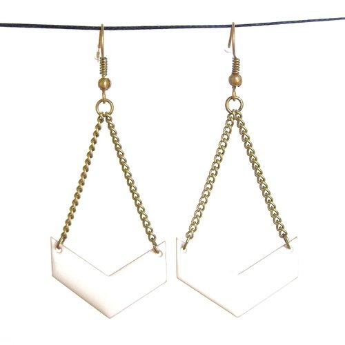 Boucles d'oreille, pendantes, chevron, émaillé, blanc, losange, fantaisie, cadeau femme, mode, tendance, graphique, discrète