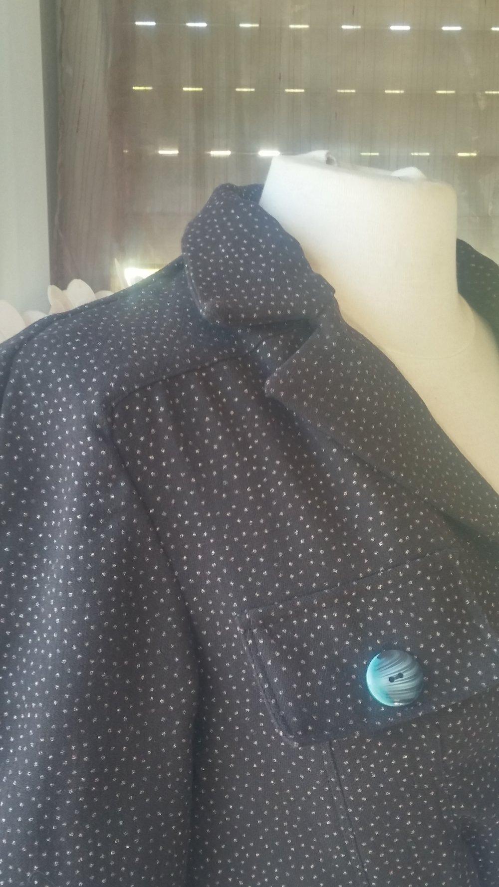 veste couture marron foncé et points brillants
