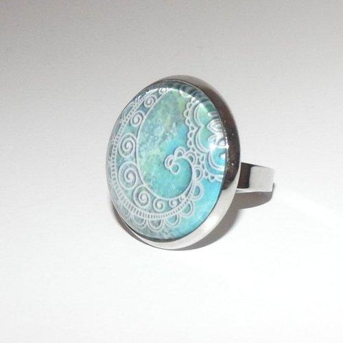 Bague ronde motifs orientaux sur fond turquoise