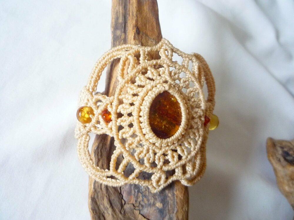 bracelet ecru avec cabochon d ambre