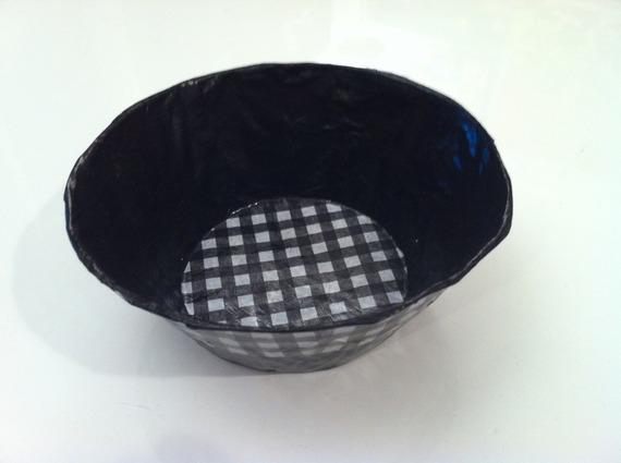 Petite coupelle ronde en papier maché - Fait main - Décor vichy noir et blanc