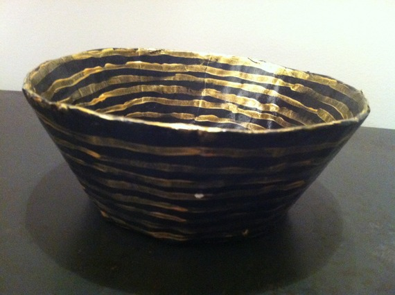 Petite coupelle ronde en papier maché - Fait main - Décor rayures dorées sur fond noir