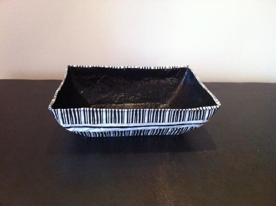 Grande coupelle rectangulaire en papier maché - Fait main - Décor rayures blanches et noires
