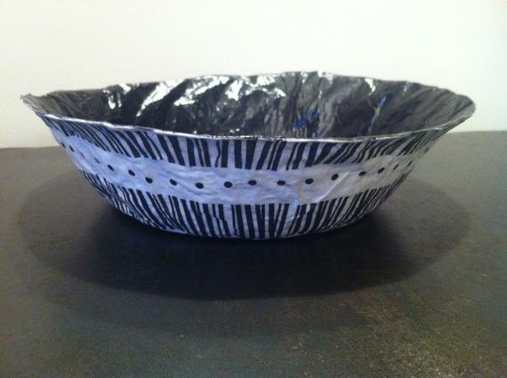 Grande coupelle ronde en papier maché - Fait main - Décor rayures blanches et noires