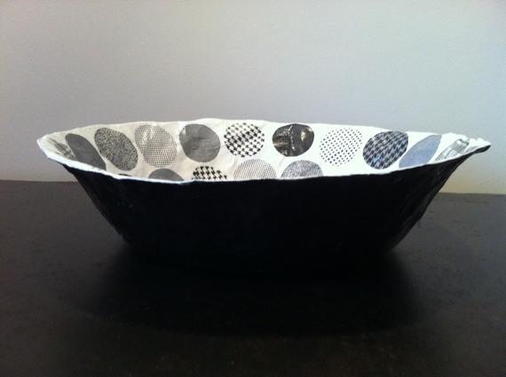 Grande coupelle ronde en papier maché - Fait main - Décor motifs graphiques ronds noirs et blancs