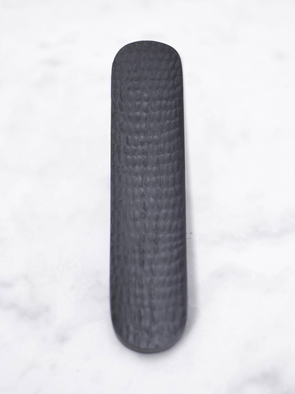 Plateau sculpté à la main pour les crayons en chêne, bureau et accessoires, style bois brûlé, moderne, noir incurvé.