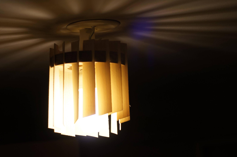 Clair obscure : Lampe de chevet à poser ou à suspendre faite main en hêtre Lamellé,