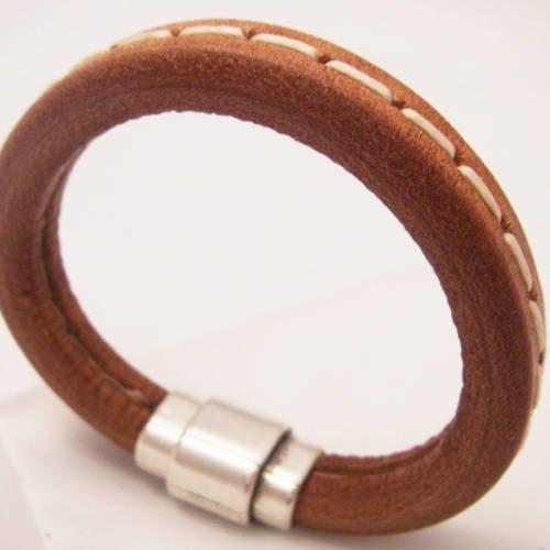 Bracelet en cuir nude piqûre sellier fermoir aimanté zamac