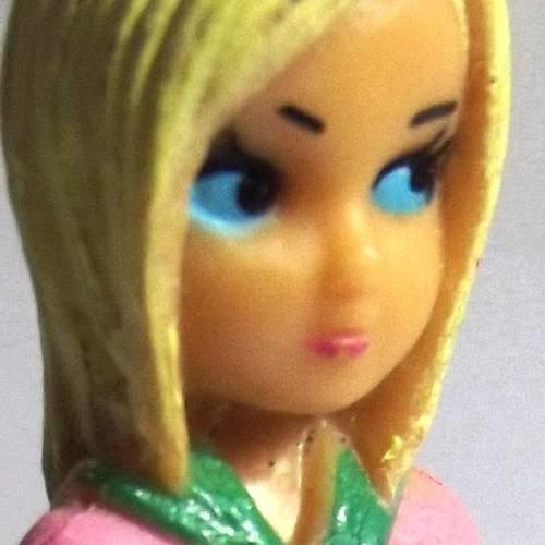 1 breloque 7 cm polymère figurine fille baskets rose