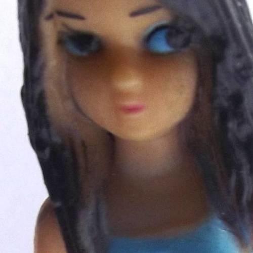 1 breloque 7 cm polymère figurine fille jeans bleu