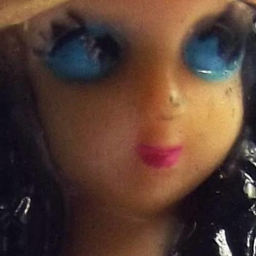 1 breloque 7 cm polymère figurine fille short bleu