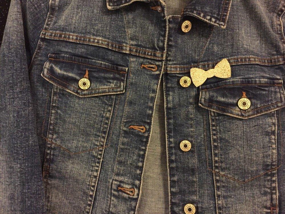 Broche noeud papillon à paillettes dorées