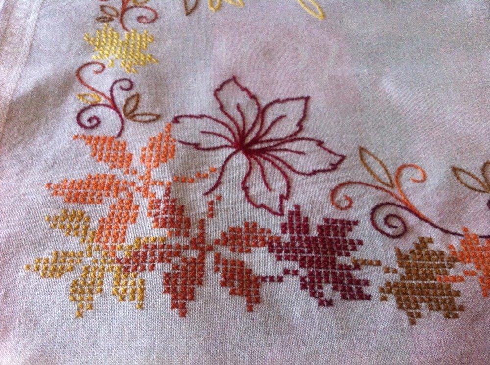 chemin de table brodé en coton