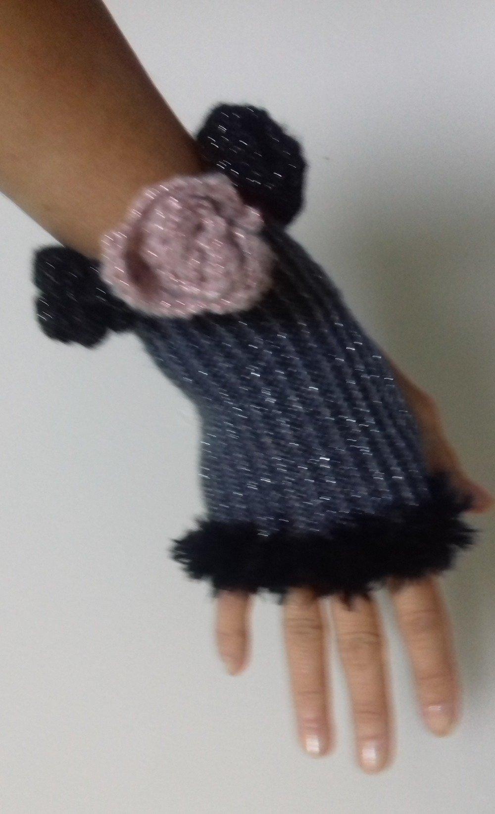 """Mitaines femme """"Rose d'un soir"""" grises argentées tricotées main bordées de fourrure noire et de roses au crochet"""