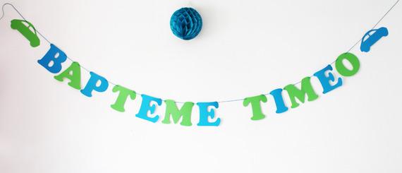 """Guirlande """"Baptême + prenom"""" en papier épais turquoise et vert anis sur cordon en coton enduit turquoise+ 2 voitures"""