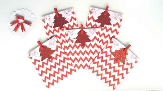 Noel : kit emballage cadeau 5 pochettes rouges à chevrons-sapins glitter rouge-paillette- dentelle- pince bois