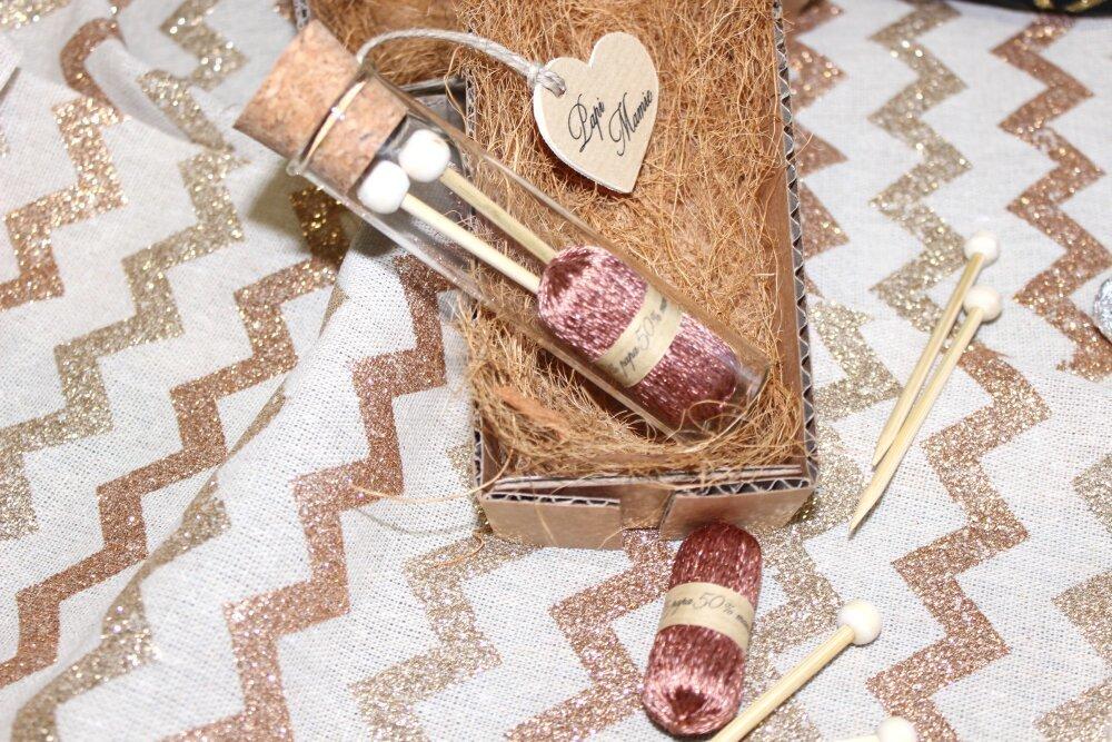 Annonce grossesse personnalisable, tube verre pelote de laine bronze et ses aiguilles a tricoter, cadeau grands-parents