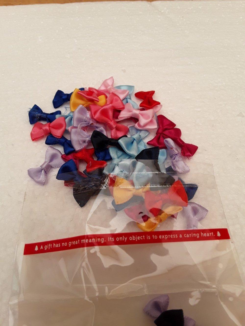 50 noeuds papillons, satins 2cm, coloris aléatoires