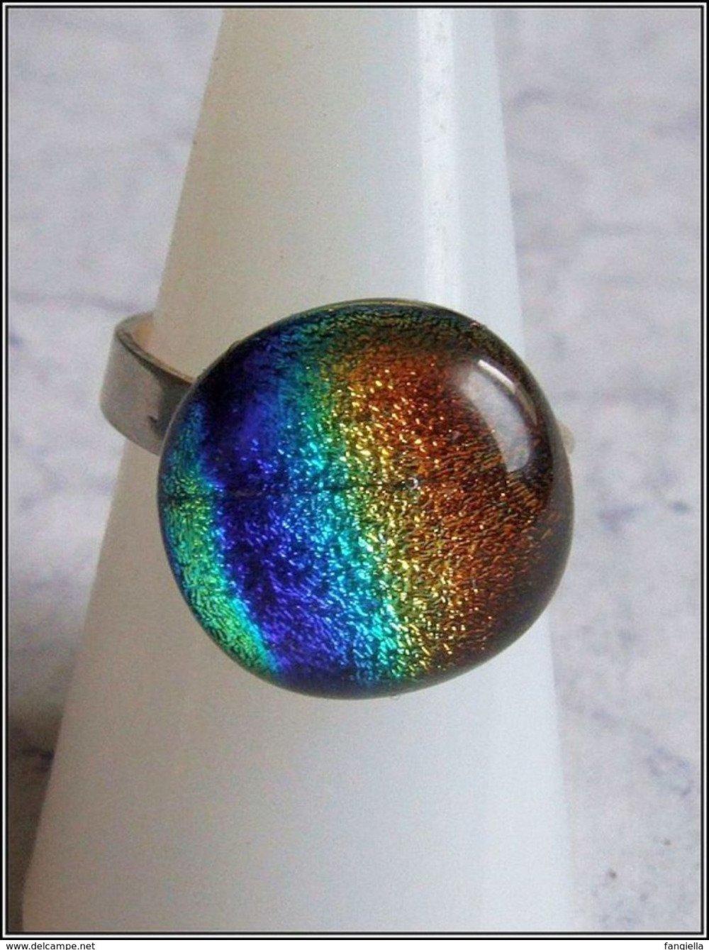 Bague en verre artisanal dichroic multicolore sur anneau réglable en argent massif