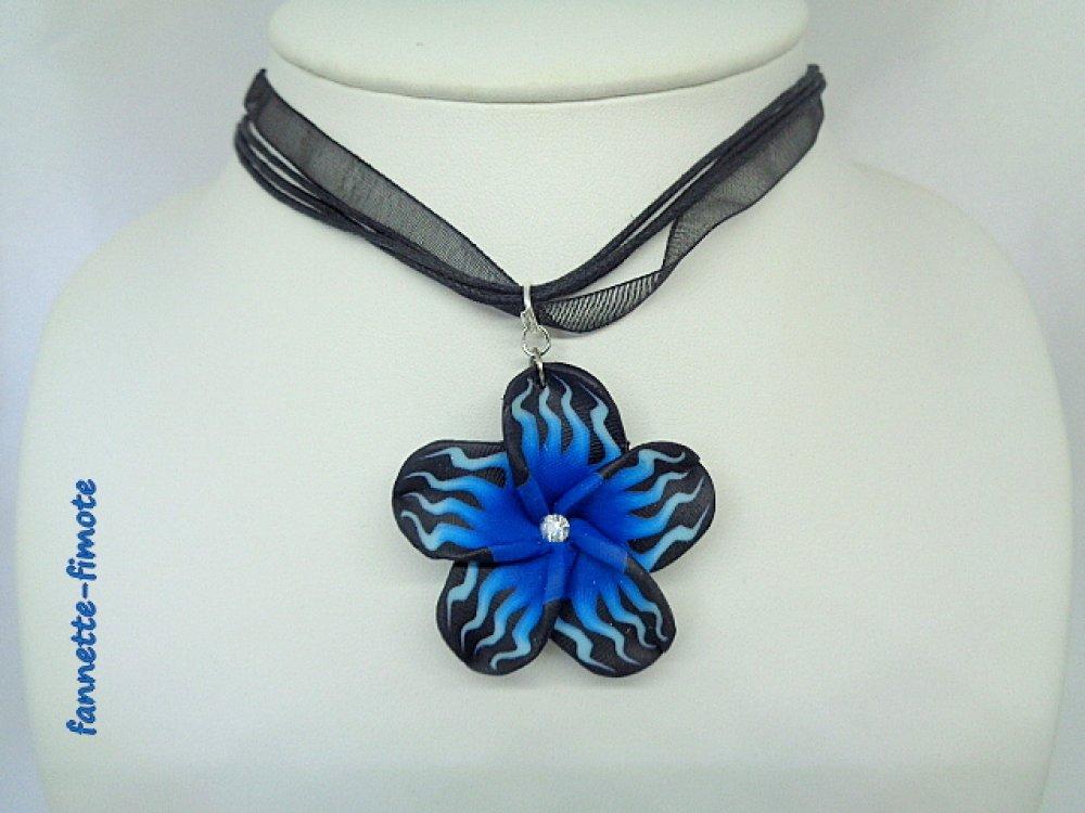 """Collier Pâte polymère Fimo Fleurs """"Aloha"""" Tiaré bleu et noir + perle - Fait main"""