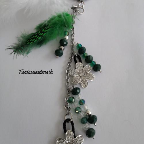 Bijou de sac porte clefs perles vertes et plumes
