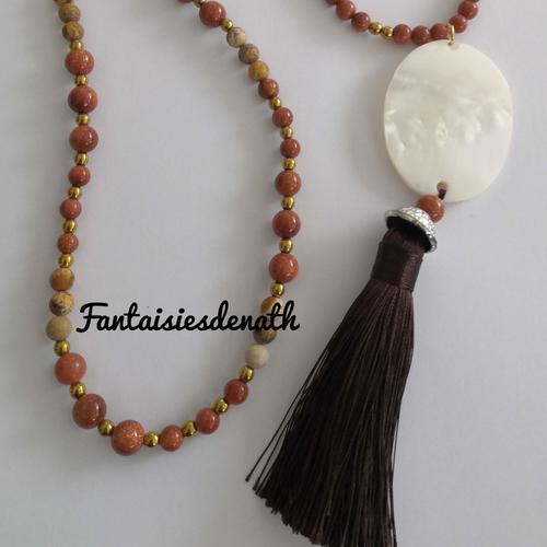 Sautoir de perles agates tons chaud pendentif nacre et pompon