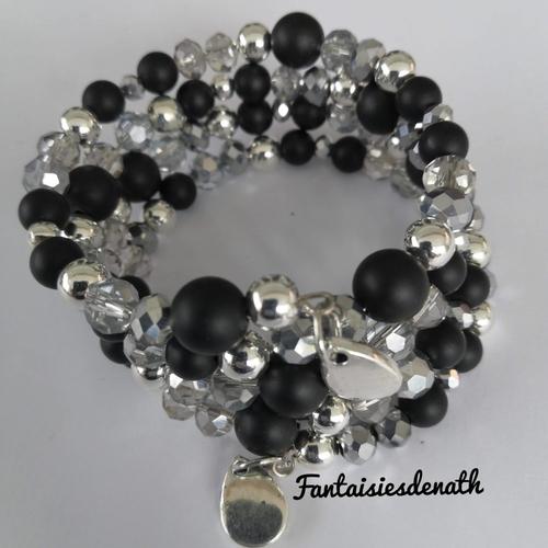Bracelet memoire de forme perles agates noires et breloques argentees