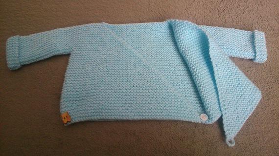 Brassière, gilet, pull, tricot, tricoté main en laine bleu layette pour bébé 0-3 mois.