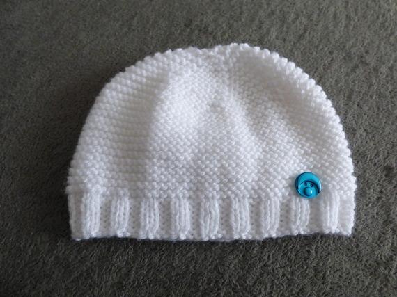 bonnet blanc pour bébé fait main en laine ,orné de son bouton bleu bouille de bb, 0-6 mois