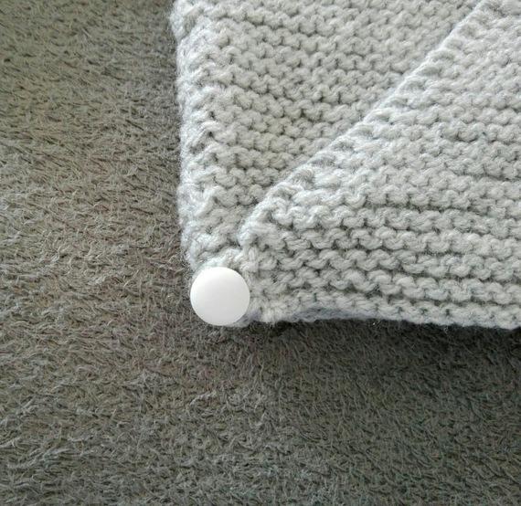 Brassière, gilet, pull, tricot, tricoté main en laine gris pour bébé 0-6 mois.