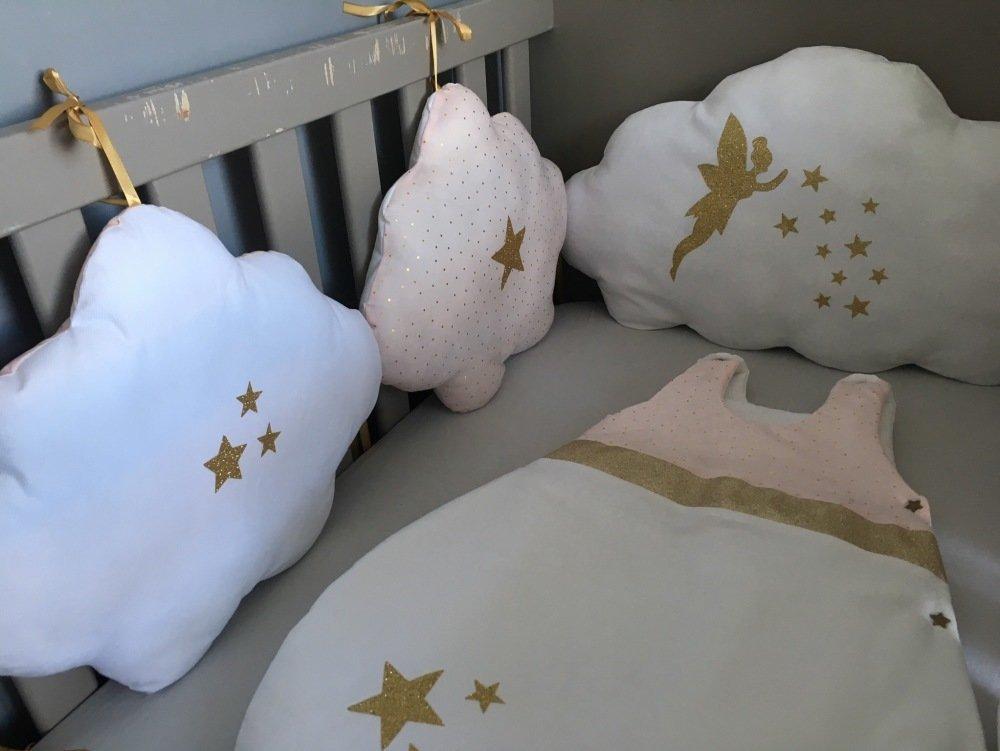 Tour de lit nuages thème fée en coton blanc ,doré et rose avec étoiles