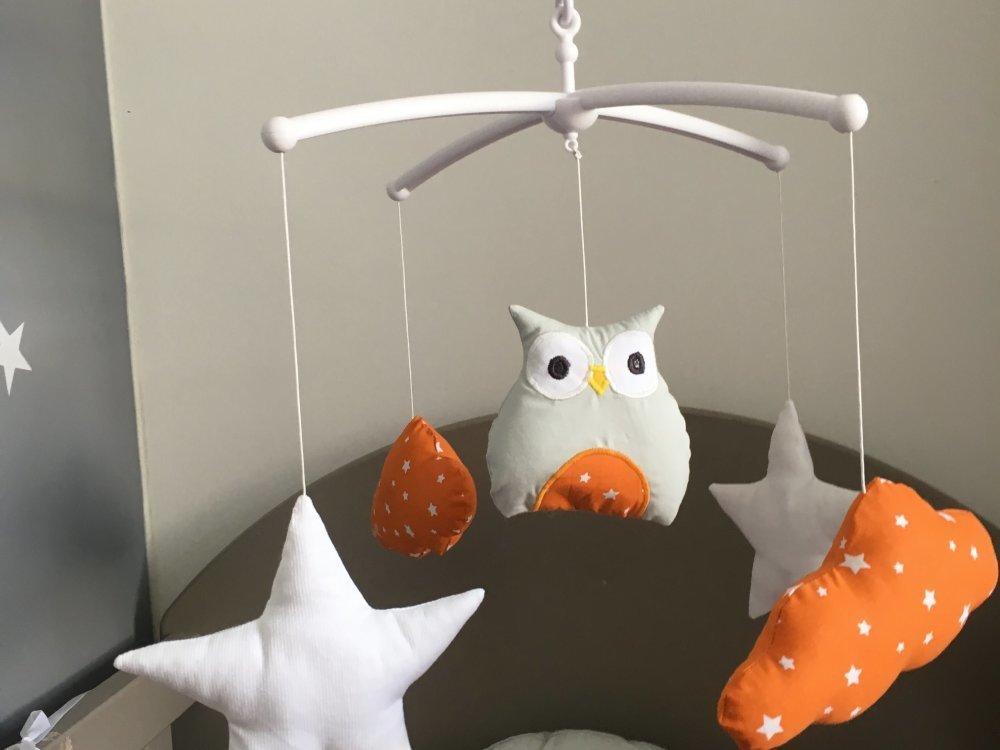 Mobile musical bébé avec étoiles, nuages et chouette dans leurs couleurs gris, orange et blanc