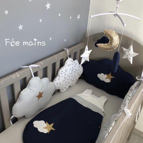 Tour de lit 5 nuages en coton blanc imprime étoiles grises , gris et bleu  marine avec étoiles dorées