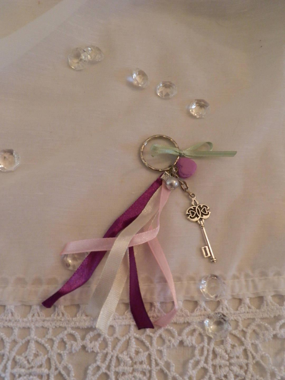 porte clé ruban en satin et son petit macaron