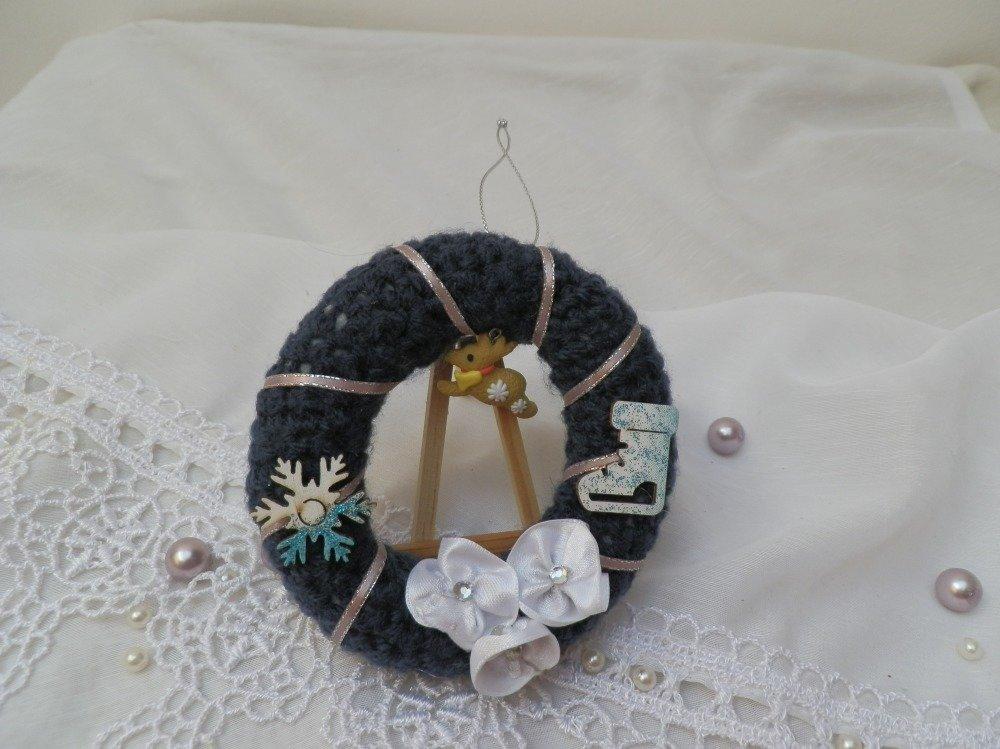 Petite suspension couronne de noël en laine