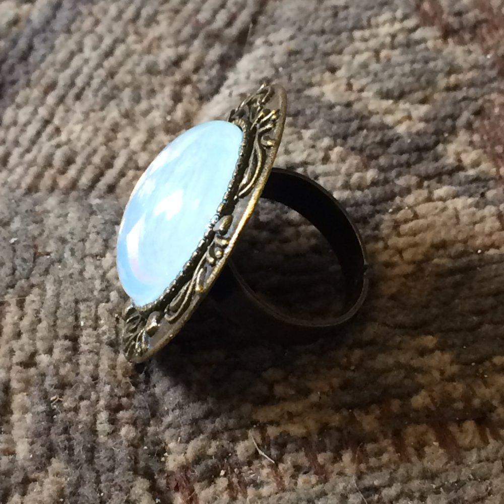 Bague opale bleu ou rose, cabochons en verre tchèque, support bronze ou argenté antique, motif feuilles stylisées arabesques