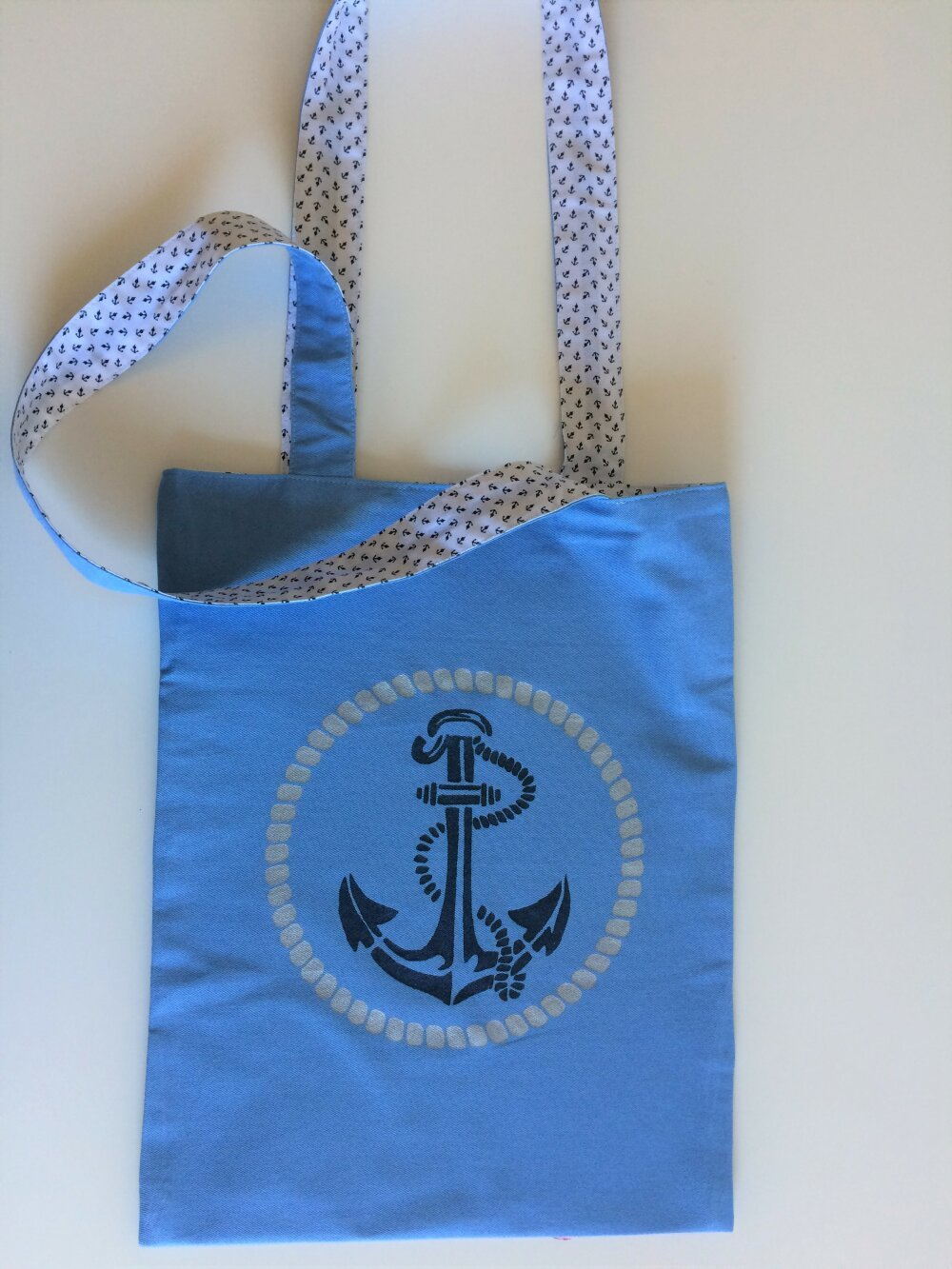sac bandoulière, tote bag avec pochoir  ancre et cordage sur fond bleu