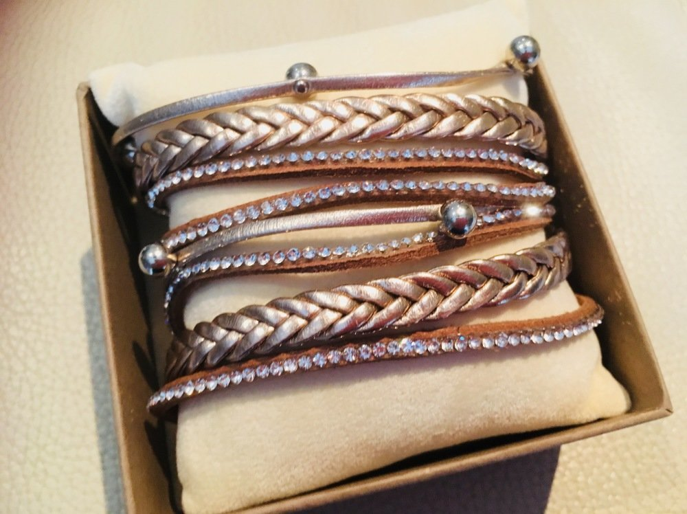 Bracelet simili cuir à enrouler brun strass et perles
