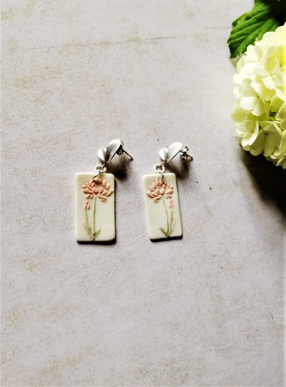 Boucles d'oreilles porcelaine, blanches et vieux rose, boucles fleurs, boucles pendantes, plaqué argent