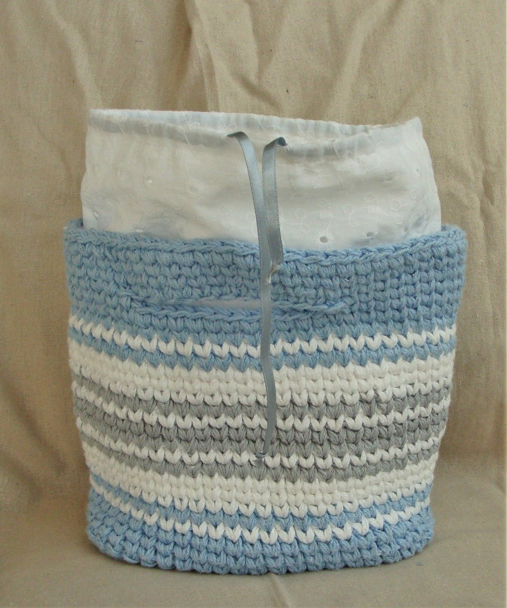 Panier crocheté tons bleu, blanc et gris