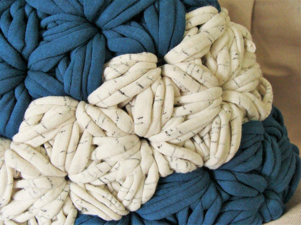 Panier crocheté bleu et blanc cassé