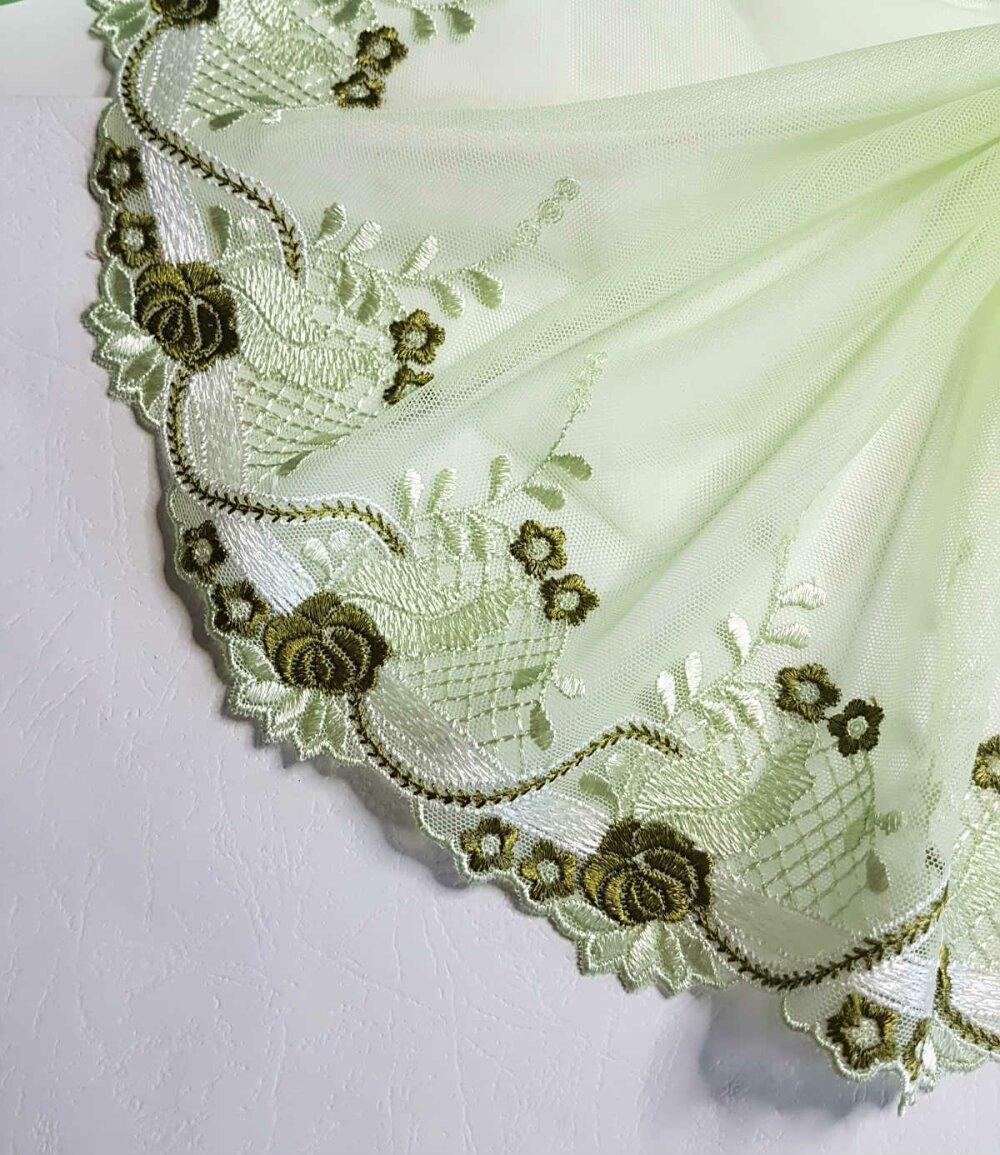 2.03mètres jolie dentelle broderie sur tulle vert clair raffiné largeur 22cm